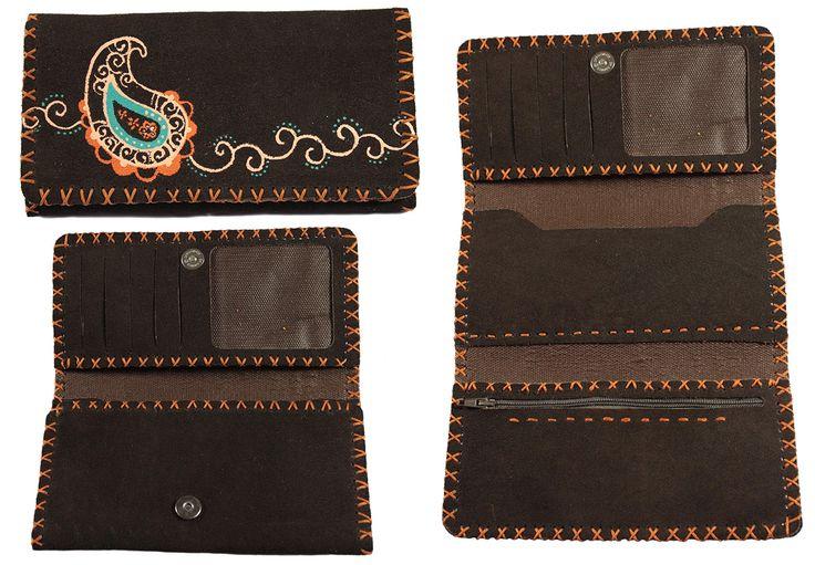 Portefeuille artisanal trois volets en cuir Nububk de vache. Le cuir provient de la province de Tabriz au nord-ouest de l'Iran. La fabrication est faite dans la province de Machhad, au nord-est de l'Iran. Motif : Cachemire - Couleur : Marron chocolat - Code : CN-CA102-8. Pour commander : http://www.colors-of-iran.fr/16-portefeuille-en-cuir.  Crédit Photo : © Colors of Iran
