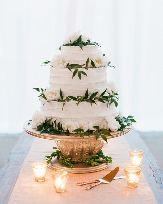 Family friend Angie McFarland made the classic white wedding cake, which was garnished with Italian ruscus, peonies, and ranunculus.