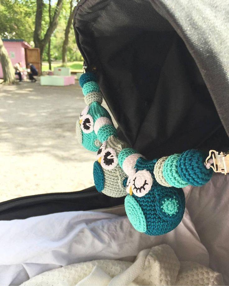 En sån fin kundbild som jag blev taggad i igår. Så roligt att se virkade alster från mig i sina nya hem. 😀👌🦉 Tagga gärna mig i era bilder eller skicka via dm så kan jag dela i mitt flöde också! Ha en solig och härlig lördag allihopa 🌞🌸 #hannasvirkadeliv #virka #crochet #barnvagnsmobil #vagnshänge #barnvagnshänge #uggla #owl #beställenegen #barnvagn #bebis #bf2017 #säljes #inredning