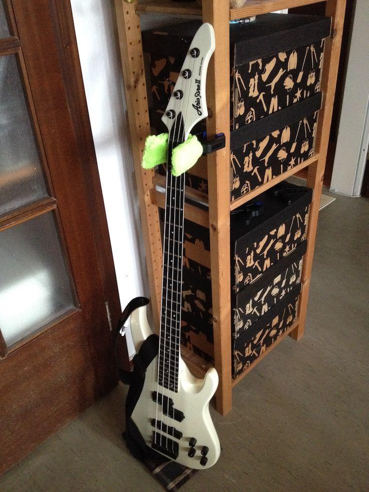 Ein mobiler E-Bass- oder Gitarrenständer