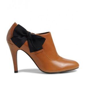 Chaussures à talons marron caramel avec noeux noir.
