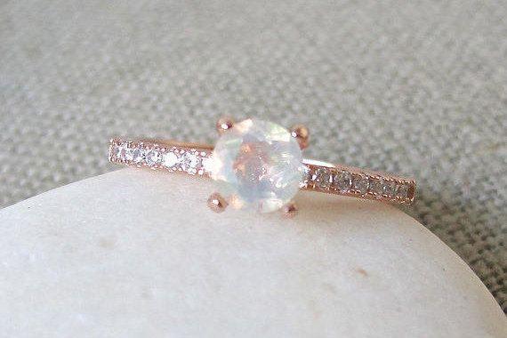 Eine klassische 4-Krappenfassung mit eine atemberaubende natürliche äthiopischer Opal ergänzt mit Zirkonia oder Diamanten je nach Material ausgewählt. Dieser Ring macht eine schöne Verlobung/Promise Ring. Verpackt in einer Box bereit für Geschenk geben. (R-egt4-Opal) Sterling Silber verfügt – Jana Michaelis