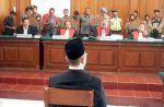 Sidang ke-2 Ustadz Alfian dan PH ajukan eksepsi  SURABAYA (Arrahmah.com)  Persidangan kedua Ust. Alfian Tanjung di Pengadilan Negeri Surabaya digelar dengan agenda pembacaan keberatan hukum (eksepsi) dari terdakwa dan penasehat hukum (PH) Rabu (23/8/2017).  Kami Tim Advokasi Alfian Tanjung telah siap mengajukan Nota Keberatan Hukum (Eksepsi) karena kami mencermati Dakwaan Jaksa Penuntut Umum (JPU) ini tidak cermat tidak jelas tidak lengkap dan Dakwaan Kabur ( Obscuur Libel ) ungkap Tim…