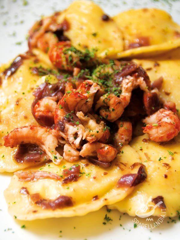 I Ravioli di pesce con gamberi e cipolle sono così gustosi e semplici da preparare che questa ricetta diventerà il vostro jolly in cucina! Buon appetito! #raviolidipesce
