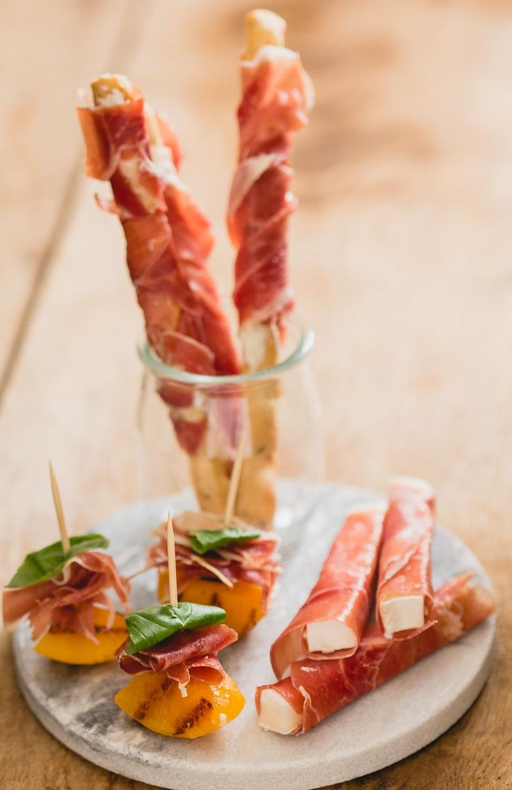 3 hapjes met serranoham. Een lekker hapje op een stokje met gegrilde perzik, een hapje met geitenkaas en alles met serranoham!