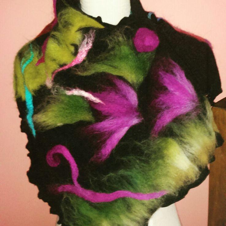 Cuello en lanilla, incrustado en vellono vellon pintado
