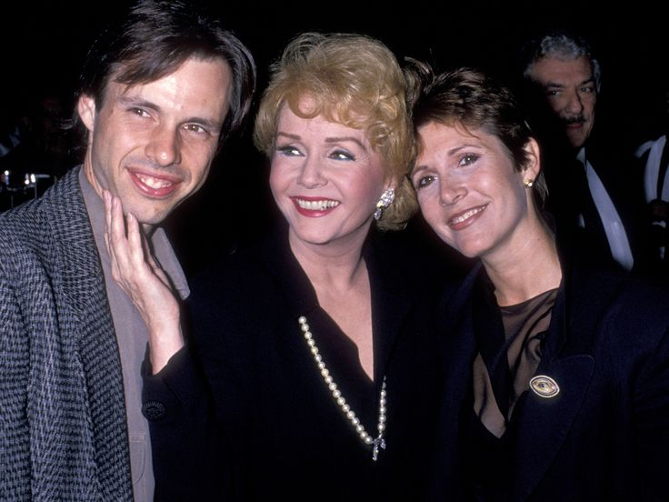 Todd Fisher, the surviving sonof Debbie Reynolds, ispicturing his late mother and sister Carrie Fishertogether again. One day after Reynolds' death, the actor tweeteda touching drawing of…