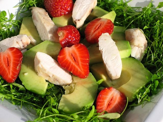 Салат авокадо, грибы, сыр, мясо