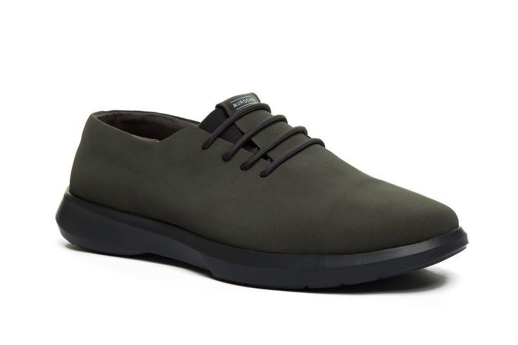 Calzado funcional y versátil para tu día a día. Un híbrido zapatilla zapato: irás cómodo como con zapatillas y elegante como con zapatos.
