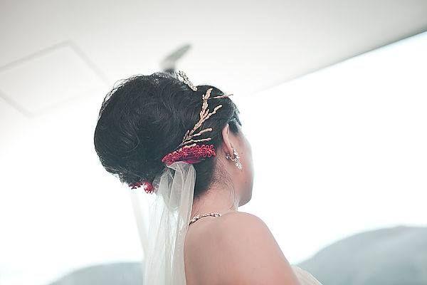 台東良食計畫 【 #稻穗的祝福 】  你知道台灣有個「新娘花」的習俗嗎?  新娘花是結婚當天,由新娘長輩在新嫁娘頭上插上,代表著長輩的疼愛與祝福。   台灣的新娘花用紅線將稻穗、菖蒲及艾草綁起,象徵能豐衣足食、子孫滿堂之意。且要正插,讓它看起來像田裡成熟的稻穗,自然下垂。  以農業起家的台灣,保留這樣特殊的傳統,讓人感恩得來不易的豐足。將父母心中的祝福化為實體意涵,別上稻穗的新娘,格外清雅漂亮。  https://www.facebook.com/liangshiproject/photos/a.1626086604323945.1073741828.1623951121204160/1637804676485471/?type=3&theater
