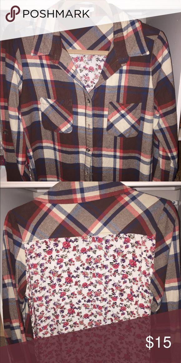 En Creme button down plaid shirt! En Creme button down plaid shirt. Flannel material. Beautiful flower back! Gorgeous shirt! EUC...maybe worn once. Size M. En Creme Tops Button Down Shirts