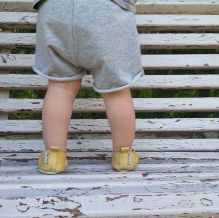 Fotos bonitas que nos hacen llegar mamis  ¡Gracias @mateoruescas! ¡FELIZ DÍA INSTAFAMILY!  Parece que hace algo menos de calor ☀️ . + en www.zapatoferoz.es . #conmiradademadre #sandal #sandalia #saludenlospies #verano #ss17 #yellowseason #amarillopollito #amarillo #primerospasos #zapatonatural
