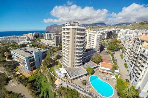 Duas Torres  Description: Ligging: Duas Torres is gebouwd op een klif direct aan zee en op ongeveer 500 m van het kiezel-/keienstrand. Het centrum van Funchal ligt op circa 3 km. Op ongeveer 150 m vindt u een winkelcentrum en restaurants en het openbaar vervoer. Faciliteiten: Duas Torres telt 88 appartementen verdeeld over één gebouw met 7 verdiepingen. In de lobby met zitjes vindt u de 24-uurs receptie en liften. In het restaurant kunt u in de ochtend terecht voor een ontbijtbuffet en de…
