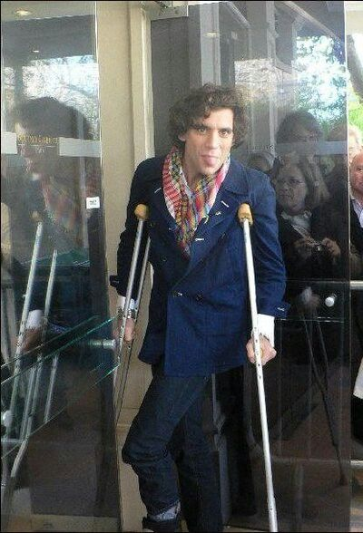 Mika on crutches cuz he tore the tendons in his foot when he was getting everyone to close their eyes & jump during Love Today