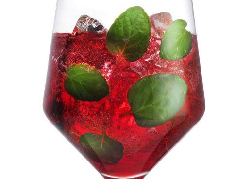 Konkurrenz für den Spritz Veneziano: Diesen Sommer wird mit Campari Milano angestoßen. Hier das Rezept für den leuchtend roten Newcomer.