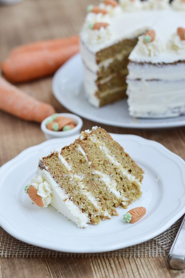 Hallo Ihr Lieben! Auch wenn es draußen noch gar nicht nach Frühling aussieht, finde ich, dass es höchste Zeit für ein wenig Frühling wird. Und was passt besser zum Frühling oder zur Osterzeit als Möhrenkuchen. Wie heißen die orangen Stangen denn bei Euch? Möhren, Karotten oder Wurzeln? Bi us in Noorddüütschland heeten düsse Knollen Wuddeln. Und der klassische Möhrenkuchen präsentiert sich bei dieser Möhrentorte mit Frischkäsecreme von seiner schönen Seite. Er ist super saftig, mit einer…