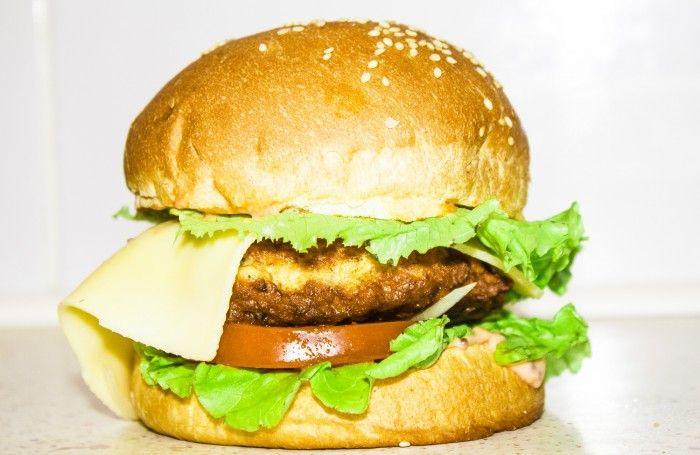 Чизбургер в домашних условиях   Рецепт бургера с курино-свиной котлетой, сыром и овощами.  Недорогой рецепт бургера с курино-свиной котлетой, который с легкостью можно приготовить в домашних условиях.    Ингредиенты:  Булочка - 2 шт. Сыр - 70 г Салат - 30 г Луковица - 1 шт. Помидор - 60 г Растительное масло - 30 г Свинина - 200 г Куриное филе - 150 г Яйцо - 1 шт. Сливки - 1 ст. л. Соль - по вкусу Перец - по вкусу Горчица - 15 г Майонез - 30 г Кетчуп - 30 г  Приятного аппетита👌