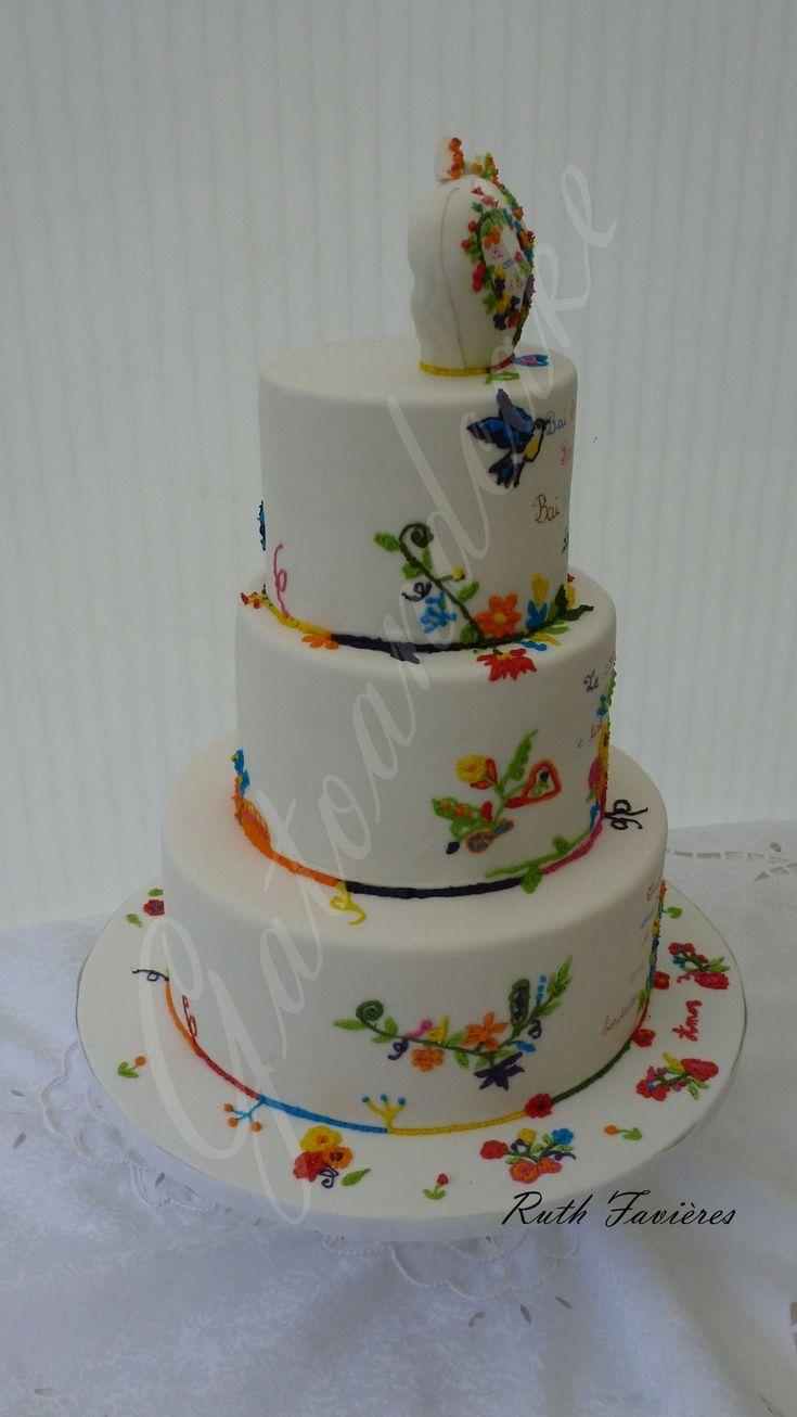 """A l'occasion du premier anniversaire de l'entreprise """"Le Coeur d'Elsa"""", j'ai eu l'immense plaisir de réaliser ce wedding cake sur mesure sur le thème des merveilleuses broderies portugaises Lenços dos namorados. Biscuit citron , confiture orange """"Gatoandcake, crème onctueuse à l'orange. Encore une fois un grand merci à """"Le Coeur d'Elsa"""" pour sa confiance ..."""