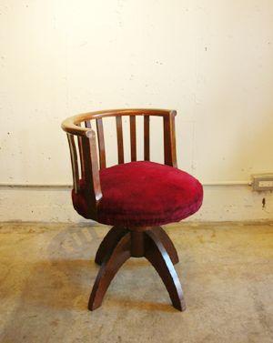 国立駅北口の古道具、古家具屋 LET 'EM IN:So-netブログ 背の縦スポークがモダンな印象の、日本の古い回転椅子です。張り地は赤のベロア生地。これもまたあまり見かけない、ちょっと珍しいデザインです。
