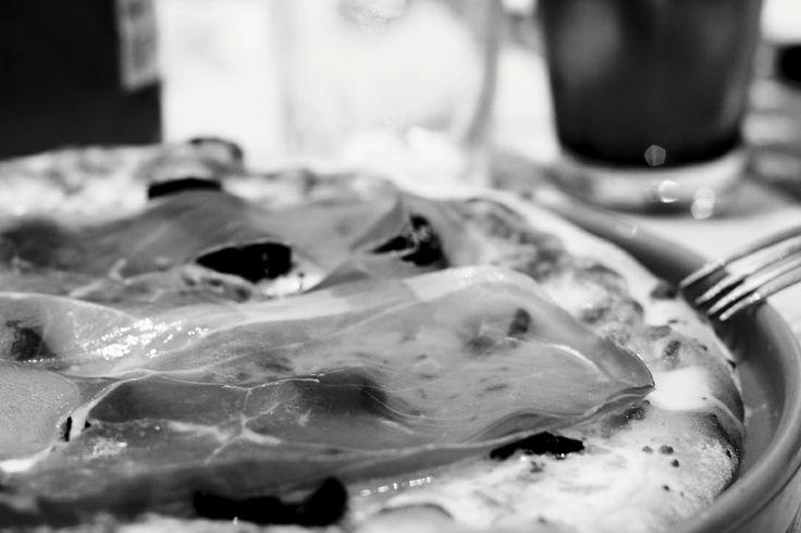 Ripizza del 3 maggio 2014. Bufala, olio EVO, origano, olive nere infornate e crudo di Parma. Il tutto accompagnato da birra da 66cl.