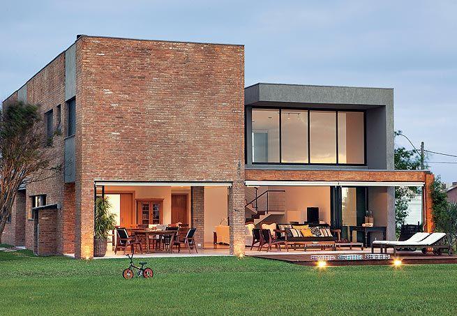 Tijolos de demolição revestem a fachada desta casa de 346 m², no litoral gaúcho. A boa ventilação e a iluminação natural são os trunfos do projeto do escritório Seferin