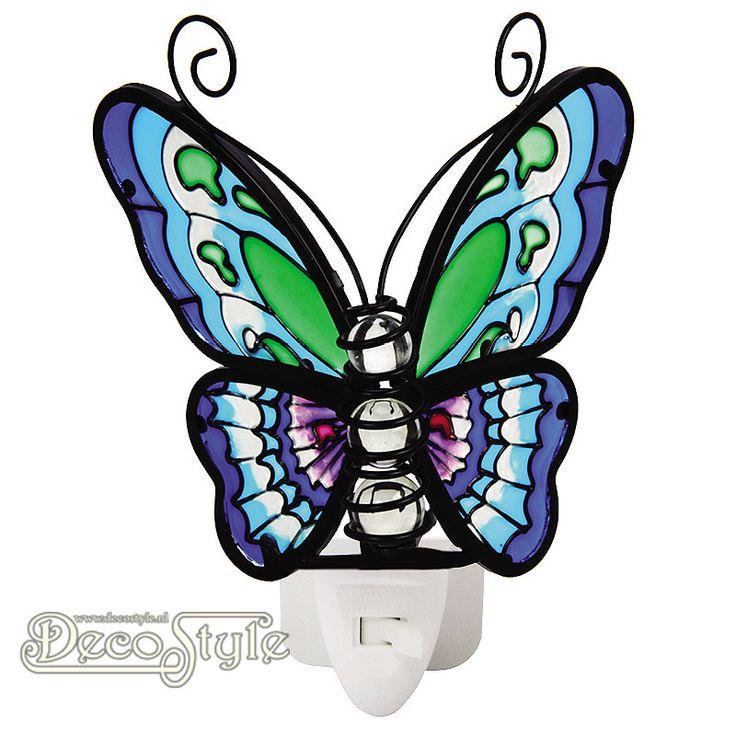 Tiffany Nachtlampje Vlinder - Blauw Groen  Prachtig nachtlampje in de vorm van een vlinder. Gemaakt van gekleurd glas. Het lichaam bestaat uit 3 glas bollen. Het gekleurde glas zorgt ervoor dat het licht heel mooi wordt verspreid. Het lampje wordt geleverd met een 0.5 Watt LED lampje in een luxe geschenkverpakking. Deze nachtlampjes zijn uitstekend te gebruiken op plekken waar je een beetje meer licht nodig hebt. Op de slaapkamer, keuken, hal, overloop, etc… Het nachtlampje is KEMA gekeurd…