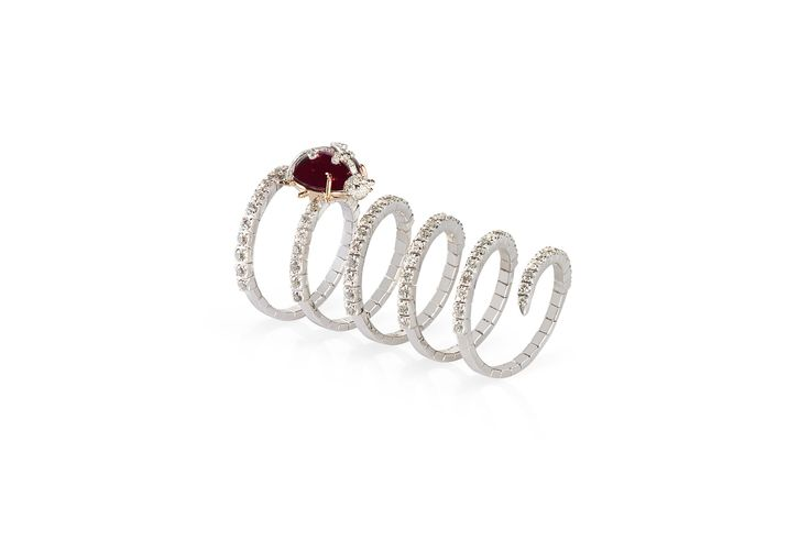 An elegant ruby ladybug in 18 kt white gold ring with diamonds