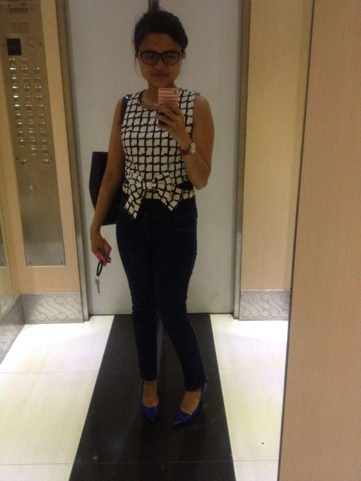 Sleeveless black and white checkered ribbon shirt.