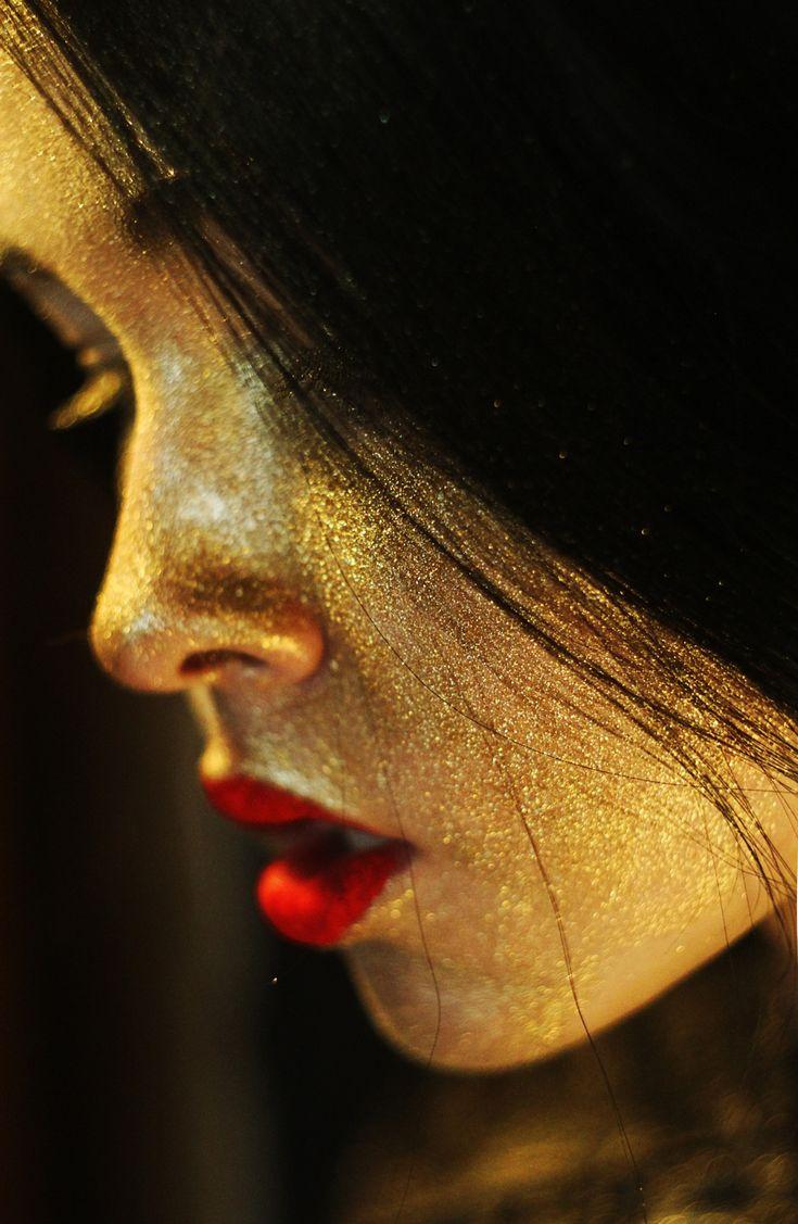 mlsg:  leparolechenontihodetto00:  come l'oro sulla pelle… come l'amore… ogni tua parola si fermerà in un posto dove troverà comprensione per sempre..  Gold dust