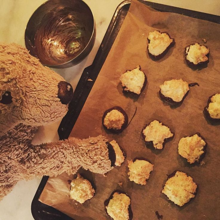 Giving my coconut macaroons a chocolate base by dipping them into melted chocolate. #christmasiscoming #chefsofinstagram #coconutmacaroons #kokosmakronen #christmasiscoming #nomnomnom #kuscheltier #fluffymacaroons #fluffydog #fluffy #chocolatedipping  #goodfoodgoodmood #donefortoday