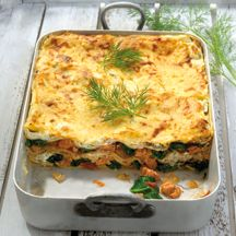 Lasagne met zalm en spinazie! Met verse spinazie en gerooktezalm! Vocht goed afgieten voordat je de lasagne opbouwt!! Nog slanker door minder lasagnebladen te gebruiken!