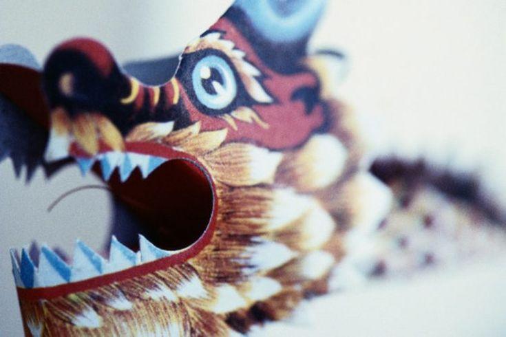 Cómo aprender los movimientos del kunf fu del estilo del dragón. El dragón ocupa una posición central en la cultura china. Esta criatura mítica representa la fuerza y el poder y también es un portador de sabiduría. En el kung fu shaolin, el dragón es uno de los cinco estilos de animales, los otros ...
