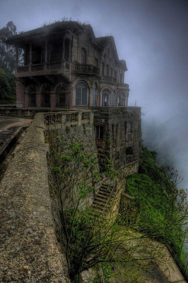 L'hôtel del Salto en Colombie  Isolé, immense, froid et perché dans les brumes d'une montagne de Colombie, ce manoir avait comme vocation initiale l'accueil de la haute bourgeoisie colombienne dont il devait même être le symbole. Construit en 1923 par l'architecte Carlos Arturo Tapias, la fréquentation a brutalement chuté et l'hôtel a été délaissé à partir des années 50, jusqu'à connaître l'abandon.