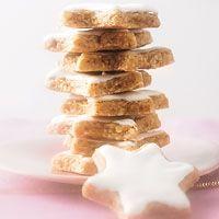 #Zimtsterne: 3 Eiweiß   250 Gramm Puderzucker   1 Päckchen Vanillezucker   1 TL Zimt (gemahlen)  1 Messersp. Kaffeebohnen (gemahlen)  375 Gramm Mandeln (ungeschält, gemahlen)  Puderzucker (zum Ausstechen) | 3 Eigelbe bleiben übrig