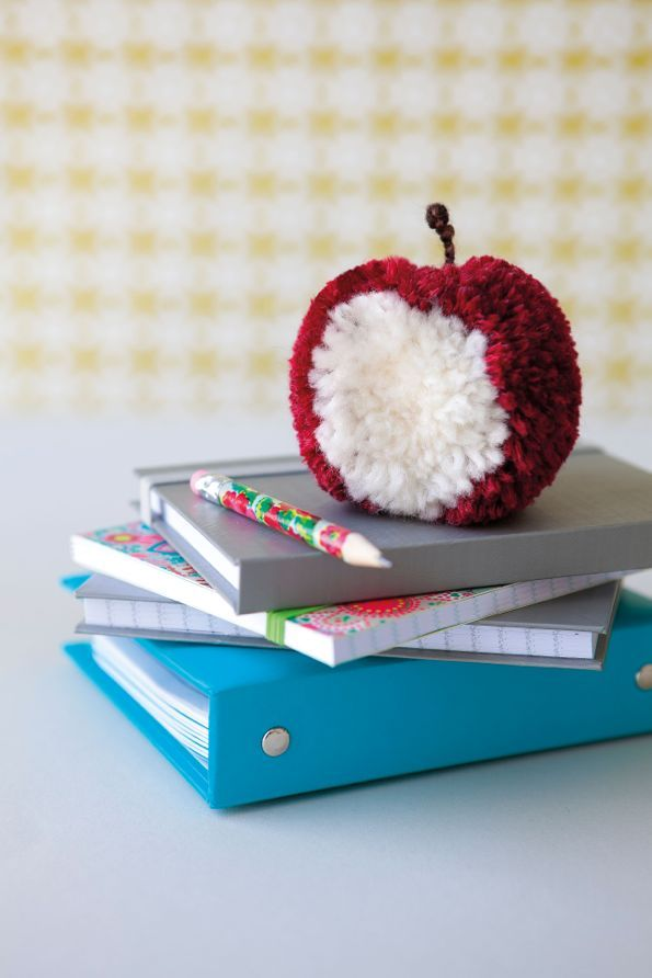 Pomme croquée en pompons françoise hamon le temps apprivoisé