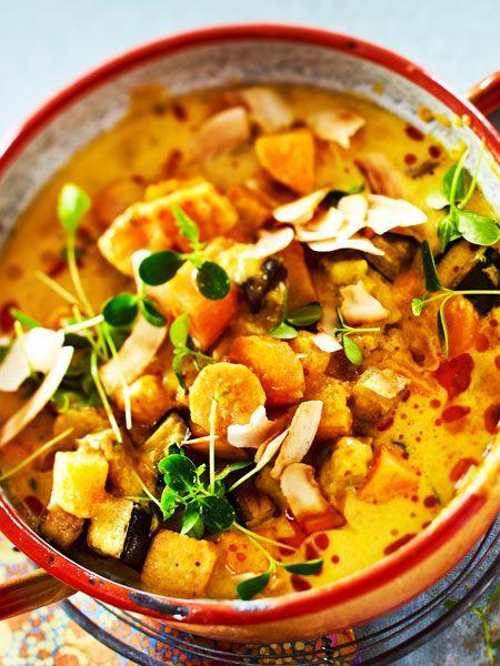 Currys schmecken eh immer. Aber was wird aus einem Curry mit Süßkartoffeln? Ganz klar: Ein phänomenal leckeres Gericht, das Körper und Seele richtig guttut.