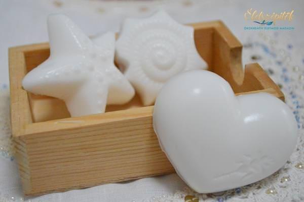 Reneszánszát éli a házi szappankészítés. A felhasznált természetes alapanyagok tárháza szinte kimeríthetetlen, a más-más jótékony hatással felruházottnatúr szappanok megjelenése is rendkívül változatos, a klasszikus formától kezdve a figurális darabokon át egészen különleges szín- és formavilágú változatokkaltalálkozhatunk. Szebbnél szebb szappanöntő formák kaphatók, s azoknak sem kell lemondaniuk a szappankészítés öröméről, akiknek nincs idejük vagy rutinjuk az időigényesebbmeleg vagy a…