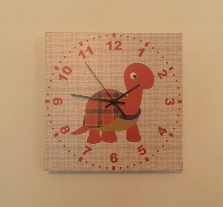 Teknőc falióra csendes óraszerkezettel. Cute turtle wall clock with silent clockwork.