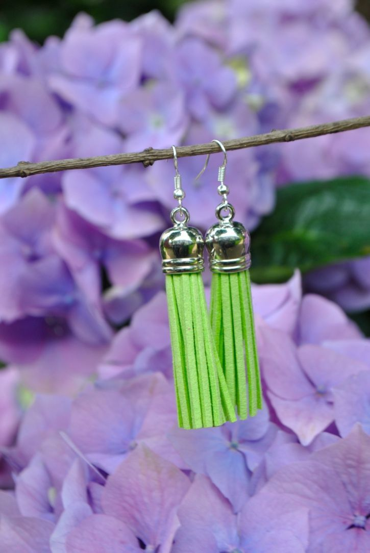 Lime green - Silver short leather tassel earrings / Boucles d'oreilles courtes Citron Vert - Argent via Madame Daniel Designs. Click on the image to see more!