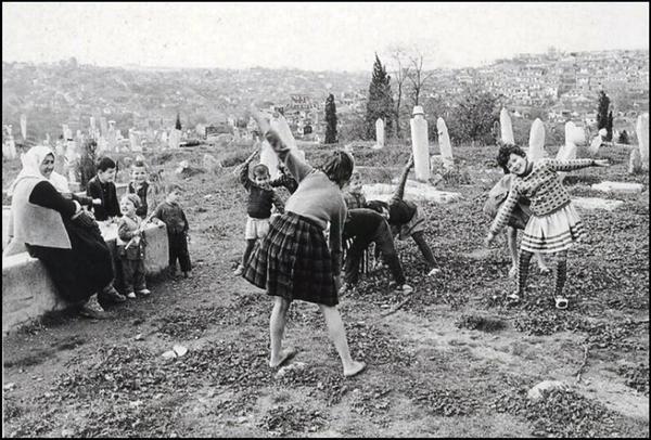 ''bir çocuğun gülüşünü görüyorum nereye baksam...'' Turgut Uyar F: Ara Güler, 1965 #istanlook