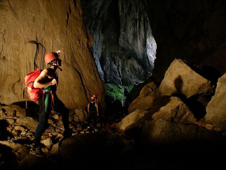 Buscar en la oscuridad. Cueva del Tinganón.