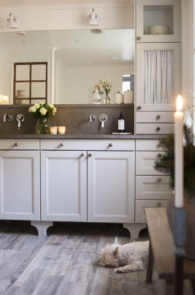 Nytt badrum. Inget lämnas åt slumpen och även det nyrenoverade badrummet får vackra blommor och stämningsfulla ljus till jul  