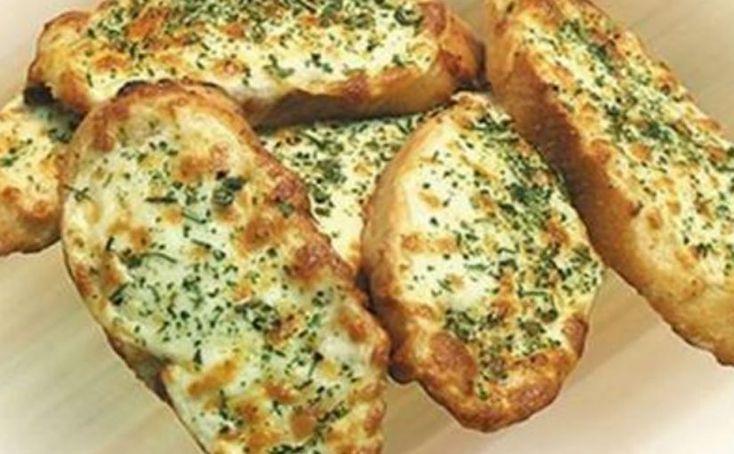 Запеченный чесночный хлебушек с сыром, на ароматы которого сбегутся все соседи! А готовится проще простого! — Просто о Еде