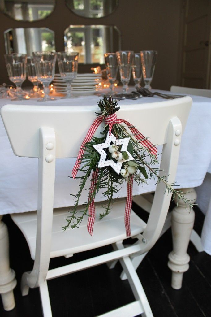5 Minute Ideas for Christmas. Foliage, decoration and ribbon corsage for dining chair. More inspiration on Livingcolourstyle.com