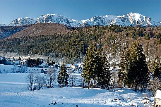 Oras situat la cea mai inalta atitudine din Romania, Predeal devine autonom in 1912, cand se desprinde de Azuga pentru ca mai tarziu, in perioad comunista, sa fie reunit sub regiunea Brasov. Important centru pentru pasionatii de calatorii montane si alpinism, localitatea este delimitata de trei masive: Postavarul, Piatra-Mare si Bucegi.