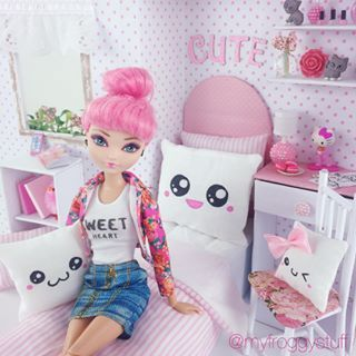 The TALENTED myfroggystuff has made a Kawaii doll room in a box! Check it out!