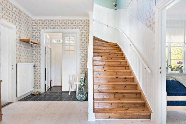 Vacker entréhall med dubbeldörrar (gånger två) och tapeter i gammelsvensk design