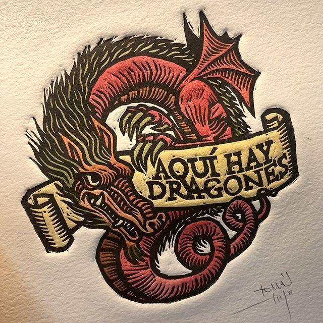 Un Estimado Cliente Francés Chincha Juangomezjurado Me Ha Pedido El Grabado Del Logo De Aquí Hay Dragones Podcast Coloreado A M Dragones Grabado Vikingos
