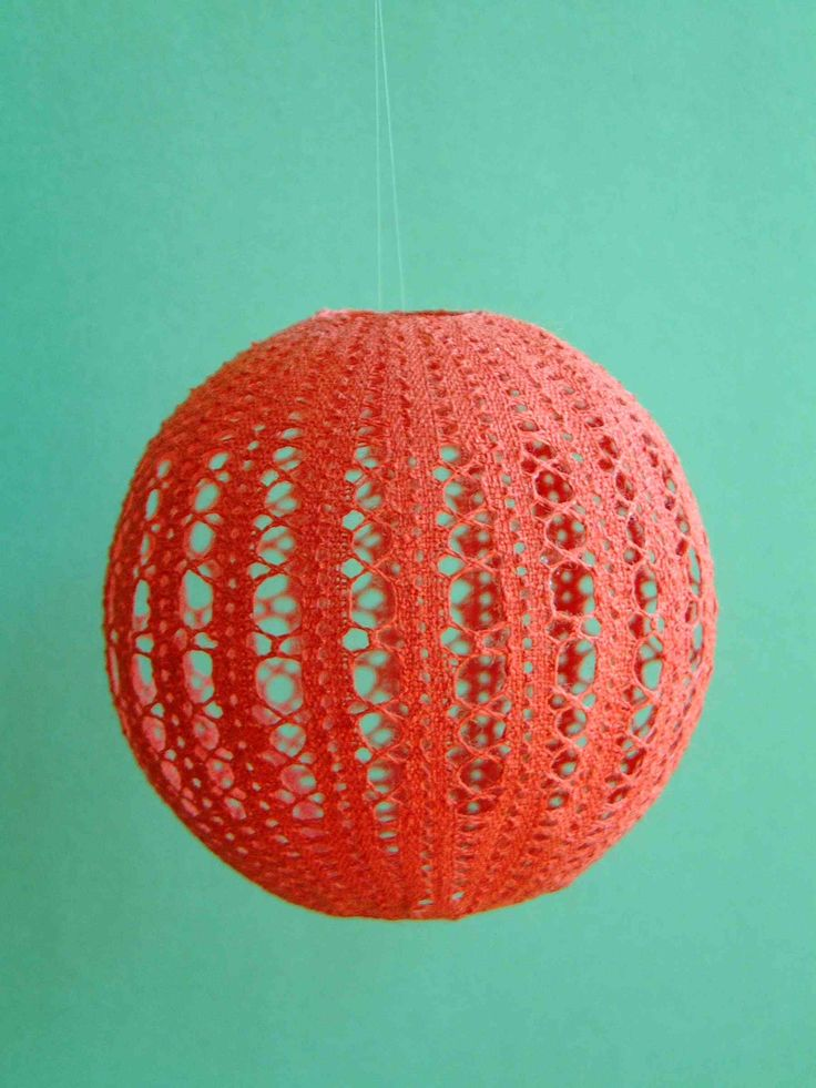 Tutorial - bobbin lace balls. These would be very pretty on a Christmas tree.