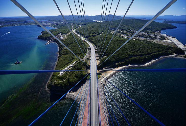 Вид на остров Русский с пилона вантового моста через пролив Босфор Восточный